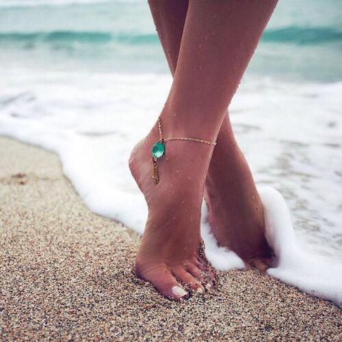 jolis pieds femmes plage