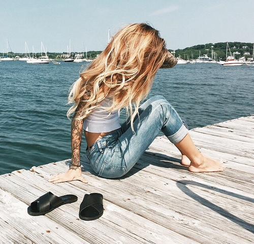 fille en jean a la plage