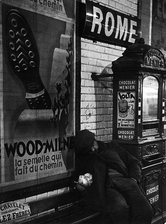 homme sui dort dans le métro