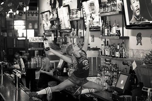 femme danse sur le bar