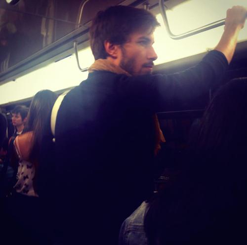 beau gosse dans le metro de paris