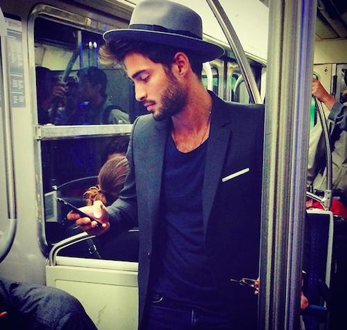 #HotDudes : Coup de foudre, les plus beaux mâles du métro parisien se trouvent ici