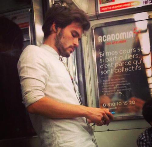 beau gosse dans le metro parisien