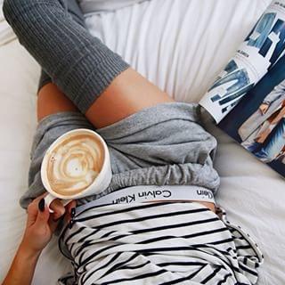 fille lit café