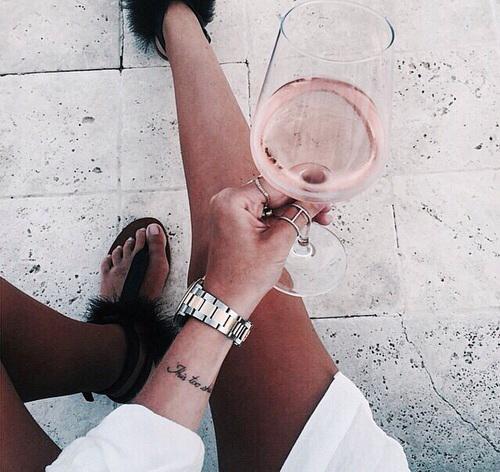 10 choses que font les femmes en soirée
