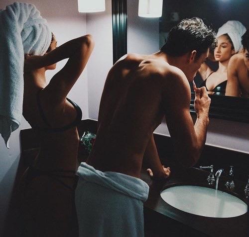 hommes et femmes salle de bain