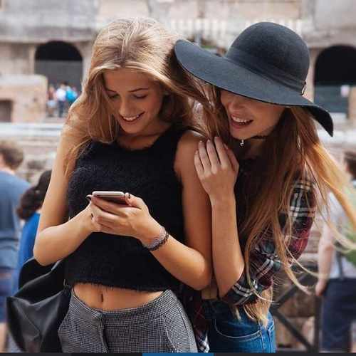 girls texting 15 petits plaisirs