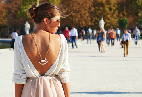 street style robe blanche dos nu