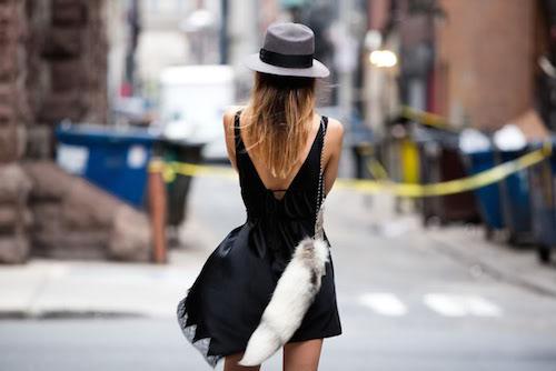 street look robe noire dos nu