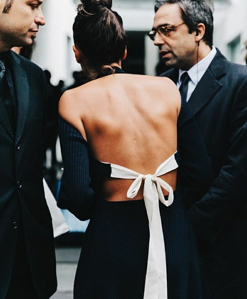 robe noire dos nu street style