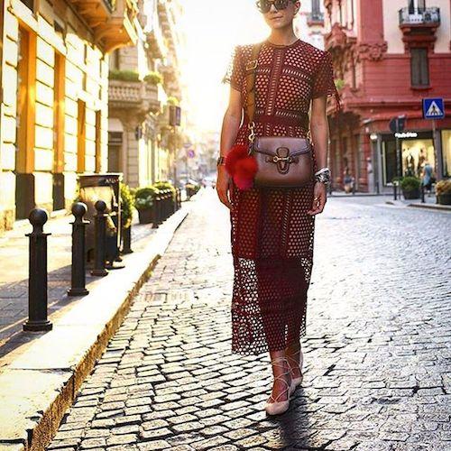 robe en dentelle bordeaux street style