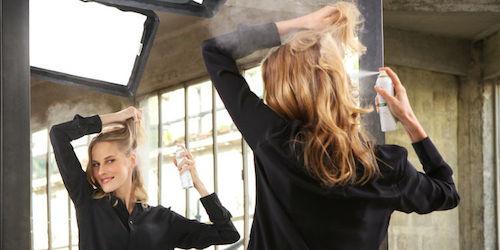 femme avec shampoing sec
