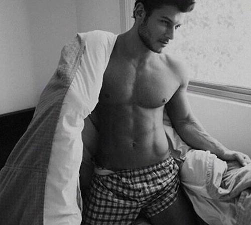homme beau dans leur lit