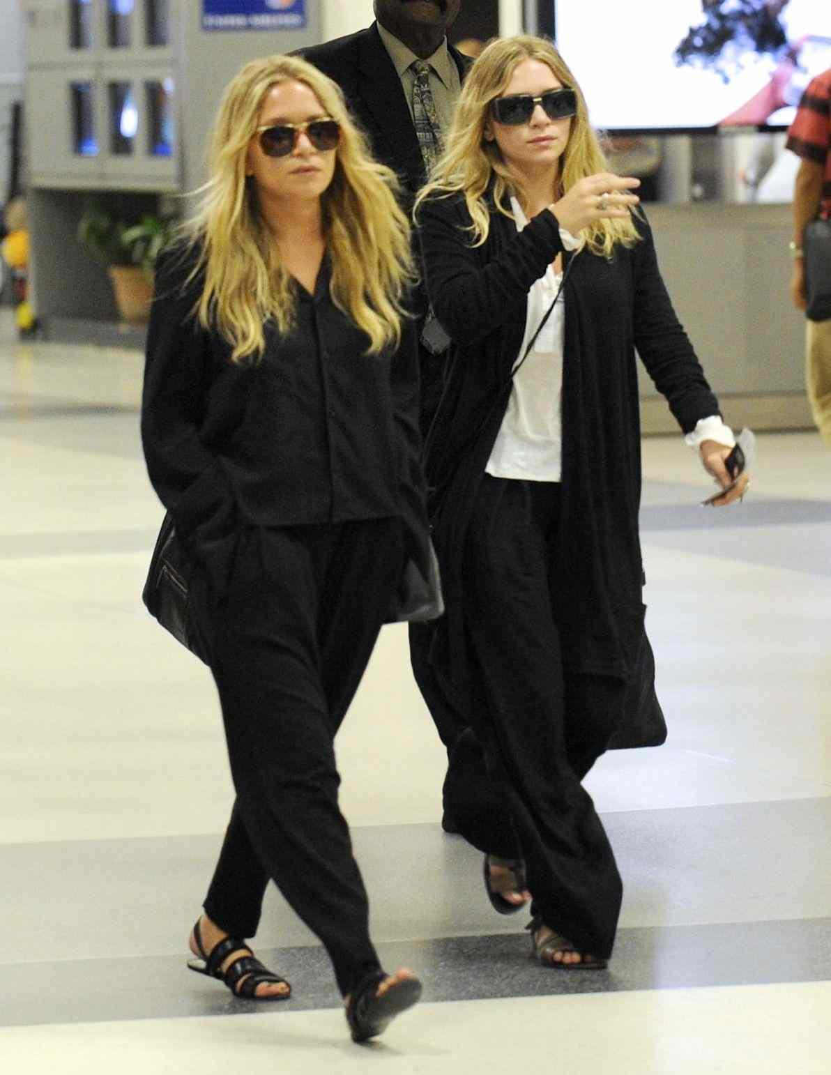 Il est très important d\'investir dans un pantalon noir qui vous fit parfaitement bien. Il devient alors un allié de taille aussi bien pour des looks du jour que du soir.