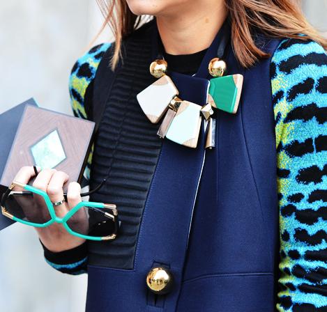 Comment porter un collier sur un pull
