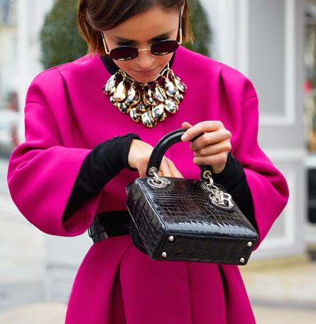 Comment porter un collier sur un pull 6
