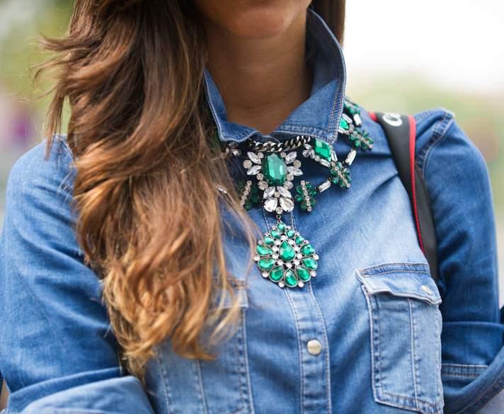 Comment porter un collier sur un pull 7
