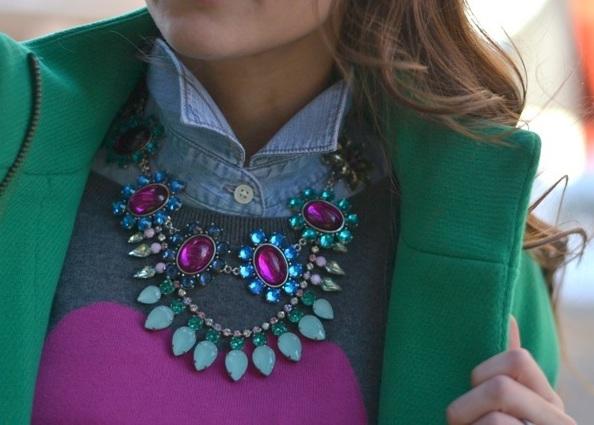 Comment porter un collier sur un pull 2