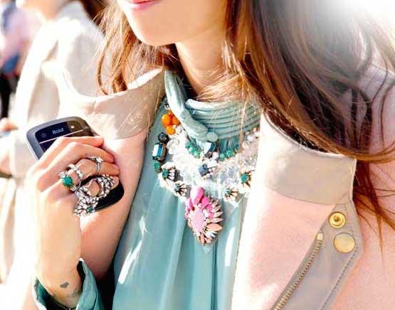 Comment porter un collier sur un pull 3