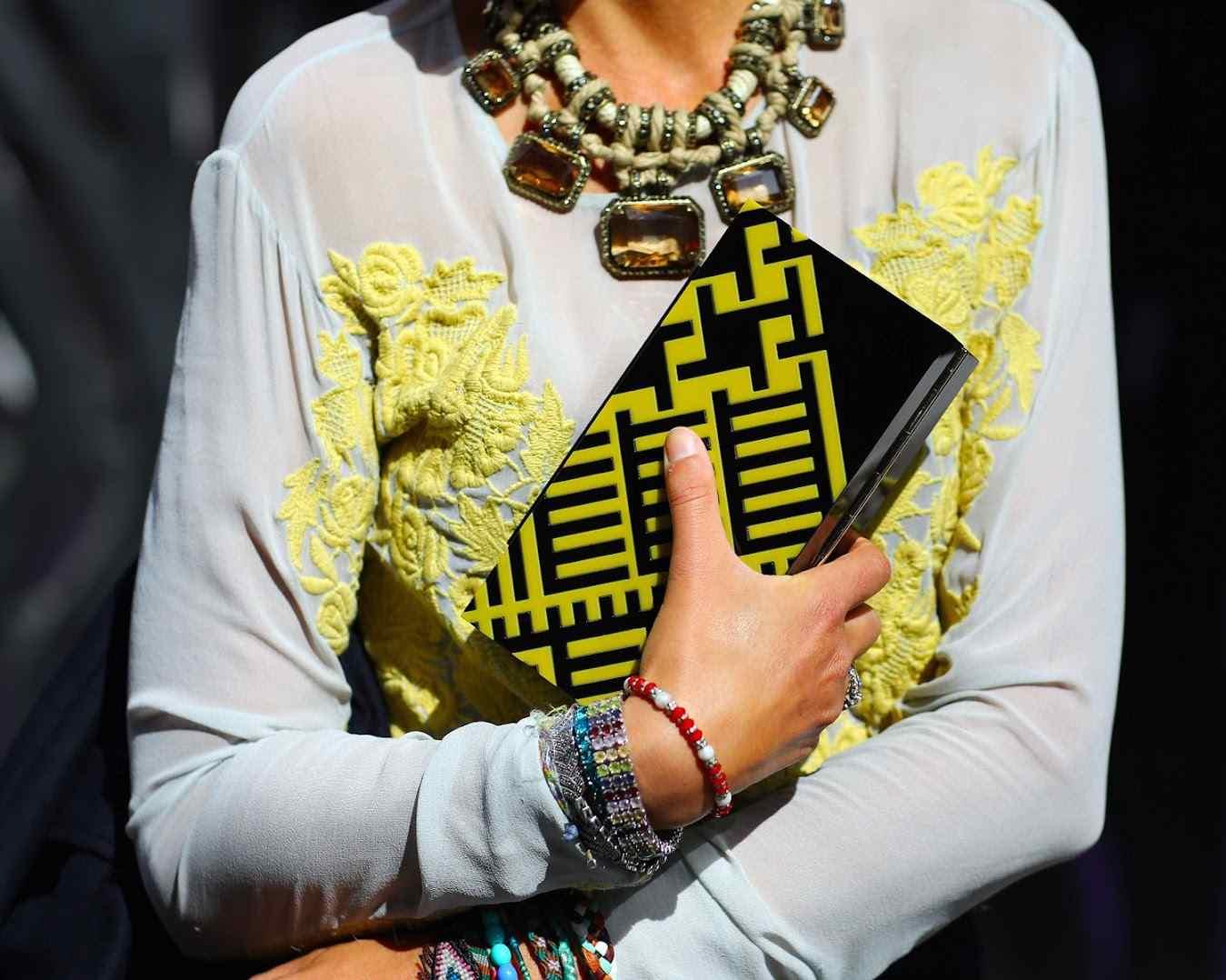 Comment porter un collier sur un pull 4