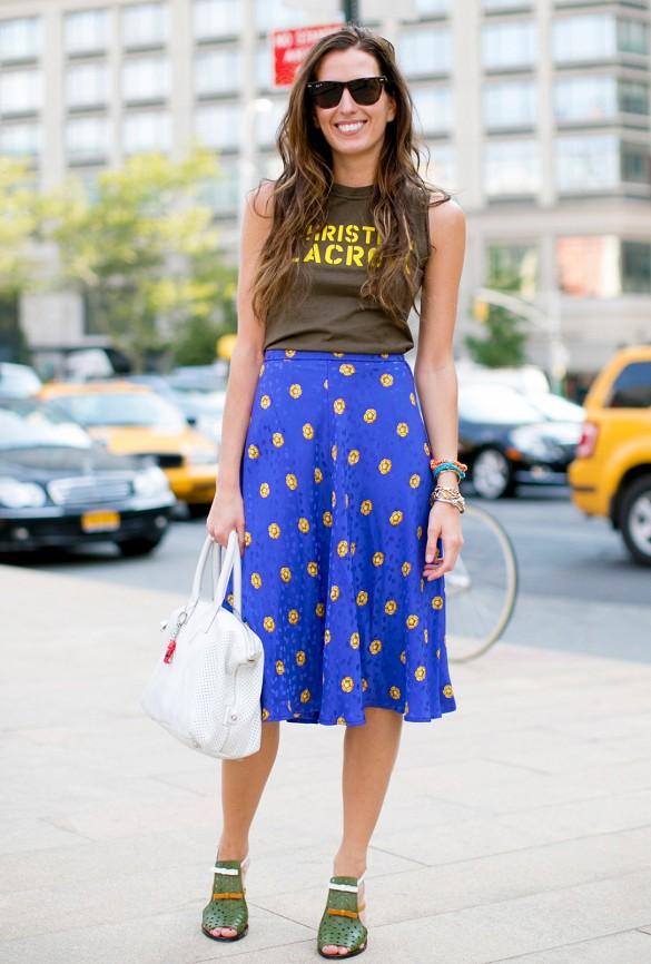 Rentrer un t-shirt classic dans une jupe midi ample pour minimiser vos hanches. idéale pour camoufler la région des cuisses parfois gênantes.