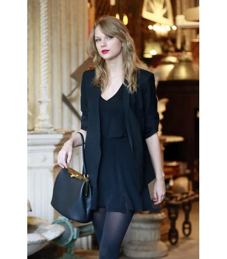 Taylor Swift rend une mini robe un petit peu plus pudique avec un blazer.  Sur Taylor : Robe noire The réformation; Sac Dolce & Gabanna