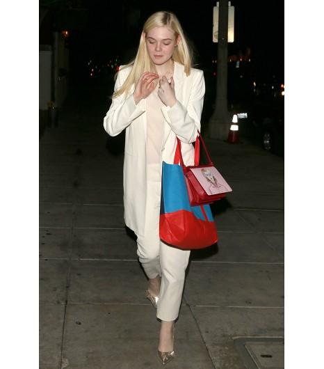 Nous adorons le look monochrome d\'Elle Fanning  Sur Elle : Blazer Ann Demeulemeester, Sac Prada, Chaussures Isabel Marant