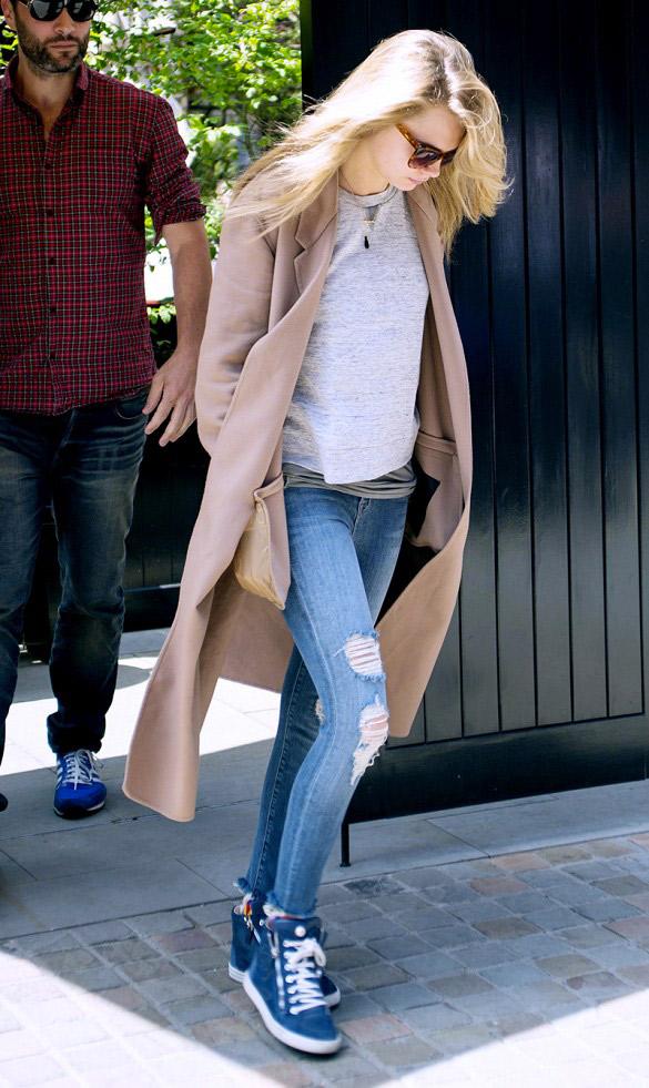 C\'est sans doute la chaussure la plus tendance du moment. Vous devez sans aucun doute avoir une paire de sneakers dans votre garde robe. Pour la journée, elles se marient à la perfection avec un jean slim. Sur la photo : Cara Delevingne