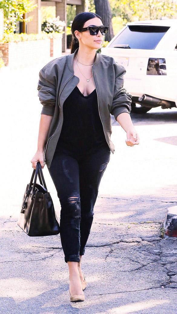 Si vous cherchez un moyen élégant et facile d\'habiller votre jean skinny, essayez le avec des escarpins pointus. Le noir et le nude sont des couleurs classiques qui ont un rendu toujours réussi. Mais si vous voulez faire un peu plus original, essayez le rouge ou l\'imprimé serpent. Sur la photo : Kim Kardashian
