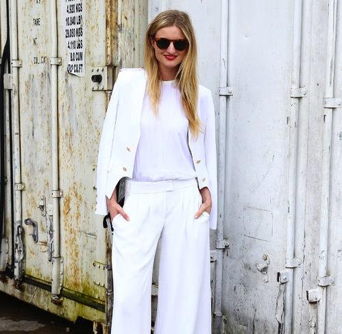 Même si le blanc a été la couleur phare de notre hiver, on sait qu\'il y\'en a qui préfère attendre les beaux jours pour sortir les vêtements blancs de leurs placards. Ce slideshow est fait pour toutes celles qui rêvent d\'un look tout blanc sans effort.