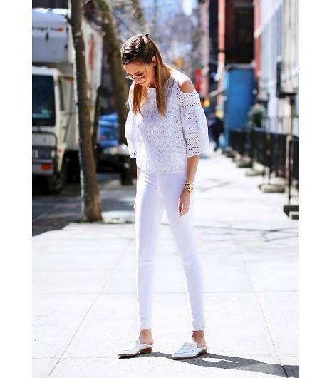 Danielle Bernstein deWe Wore What  Danielle porte une vesteZara; un top blanc Pixie Market (90€); un jean capri Rag & Bone (139€) et des chaussures en croco blanches Modern Vice (190€).