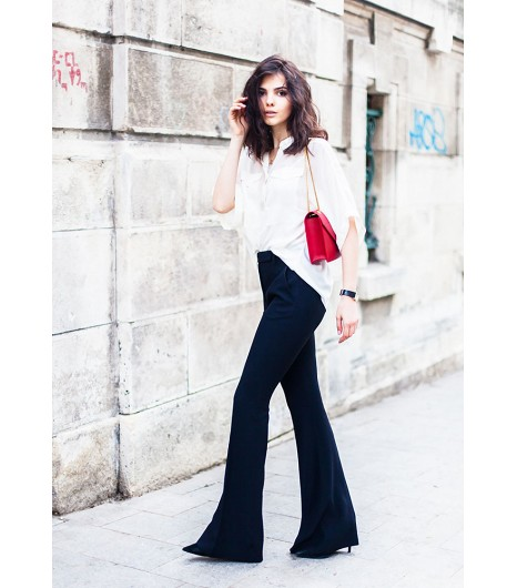 Doina Ciobanu deThe Golden Diamonds Doina porte une blouse Addison NY, un pantalon Alexander McQueen et des chaussures Zara