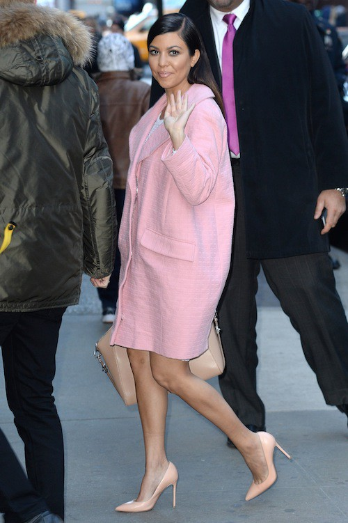 Le manteau rose est sans aucun doute doute la pièce à ajouter à sa garde robe cette année. Shoppez le sur le slide suivant !