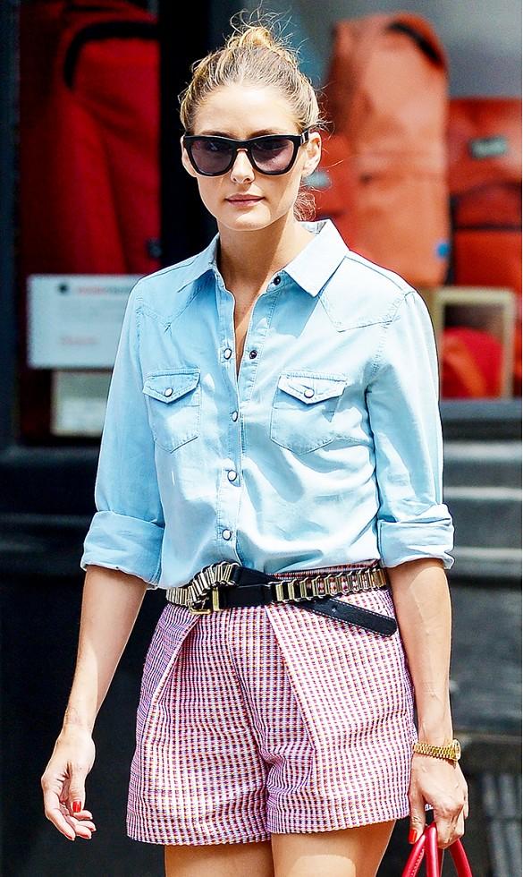 Portez un short avec un simple chemiser boutonné.