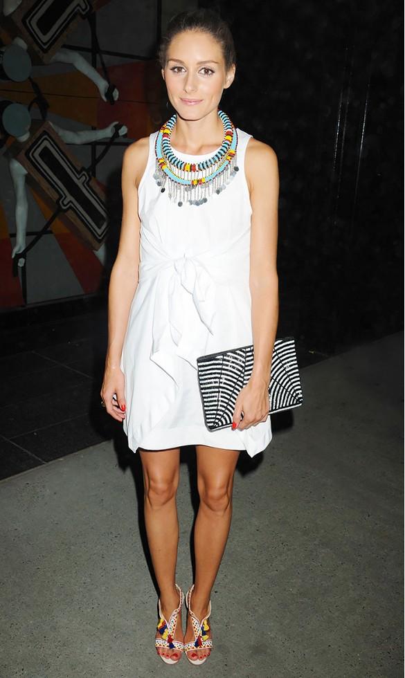 Vous ne pouvez pas vous tromper avec une jolie robe blanche accompagnée de vos sandales préférées.