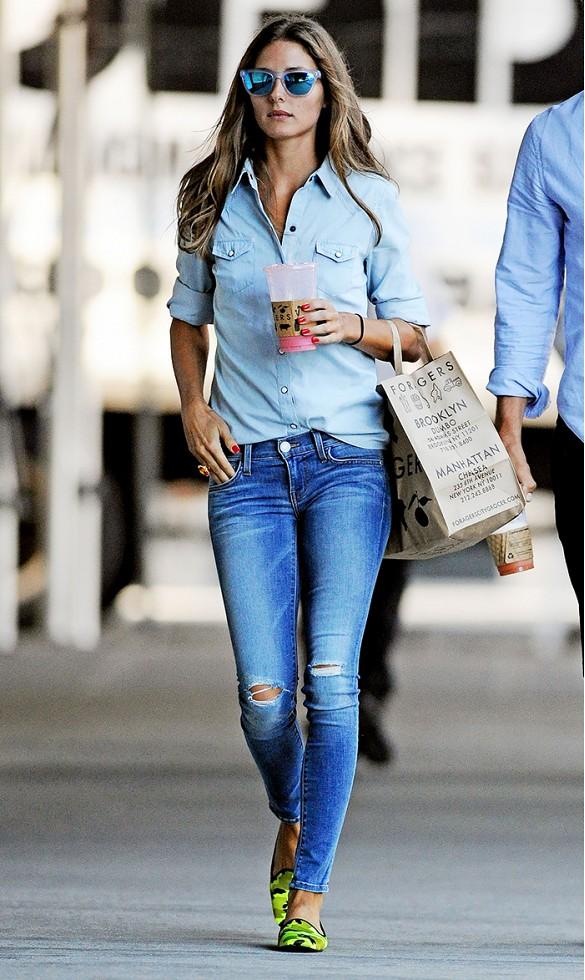 Donnez du relief avec look total denim en rentrant la chemise dans le jean.