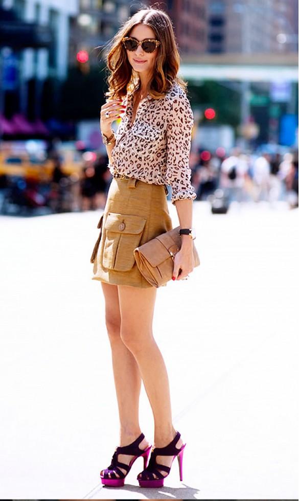 Assortissez un chemisier imprimé avec une jupe ou un short de couleur naturelle.