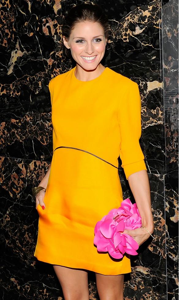 Investissez dans une robe ou un top orange cet été.