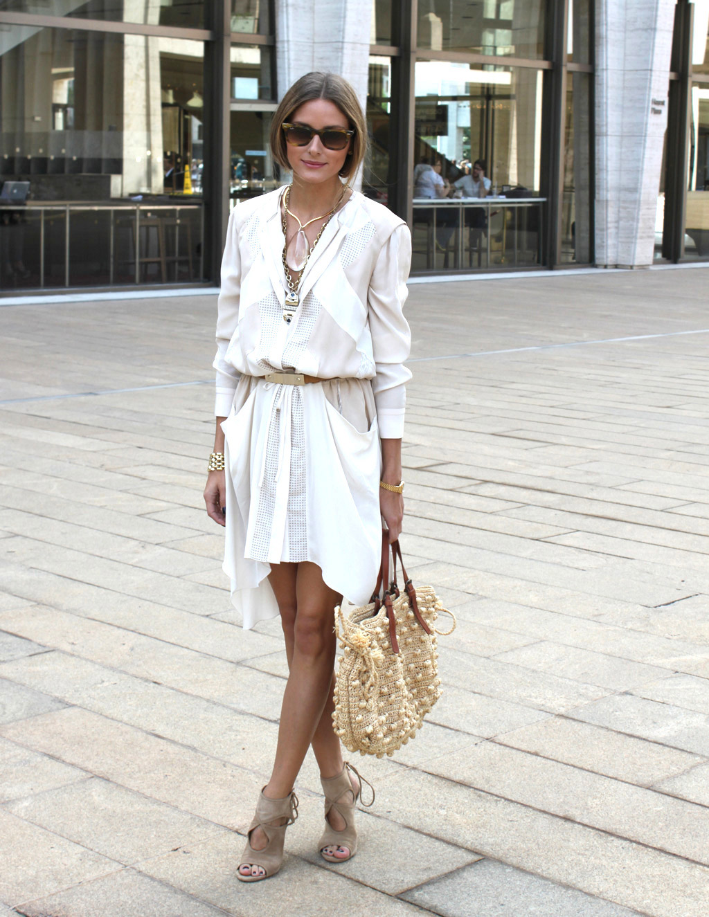 Olivia Palermo porte la robe chemise de manière très élégante, ceinturée avec des sandales Aquazurra aux talons hauts.