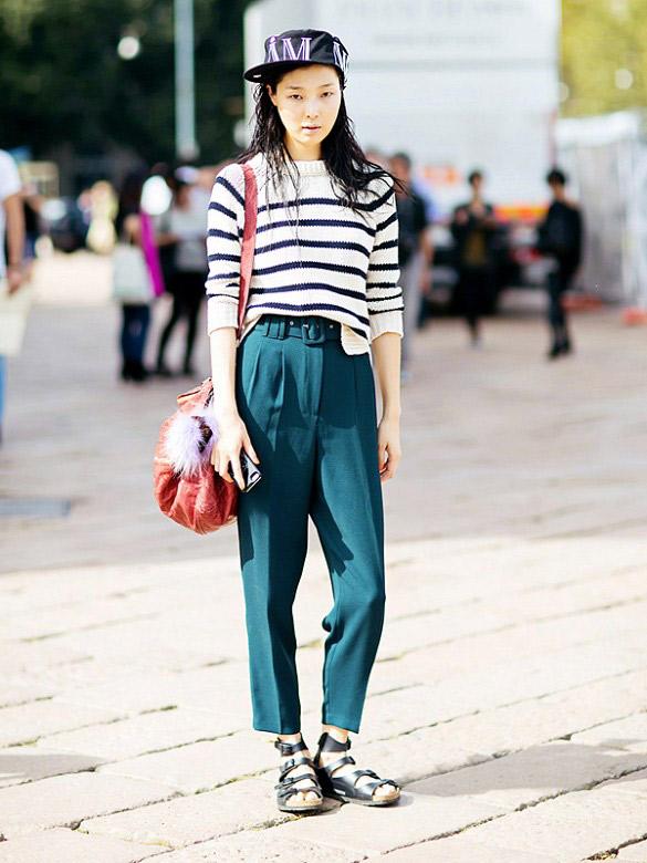Voici la cool combinaison : casquette + pantalon ample + pul rayé