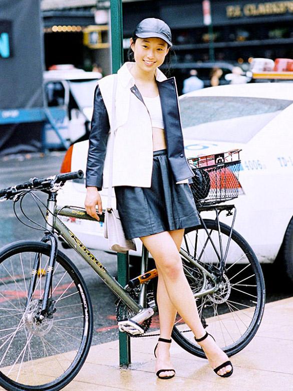Si vous sillonné la ville à vélo, la casquette est un atout pour éviter les cheveux dans le désordre. Placez les dessous, et ils ne bougeront plus.