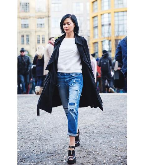 Assemblez un sweat, un jean déchiré et un trench léger pour un look cool et saillant. Image viaCollage Vintage