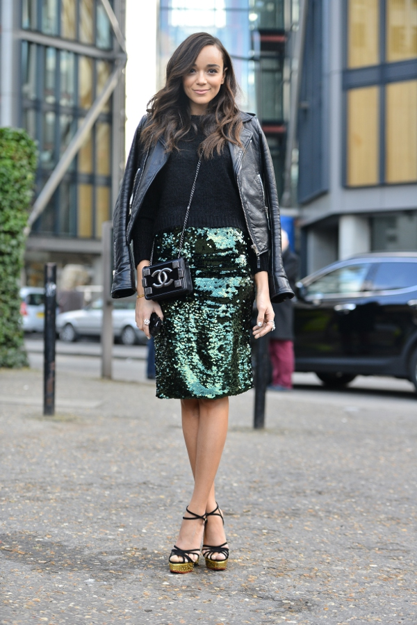 Ashley porte une jupe verte à sequins Topshop (85€), un sac \
