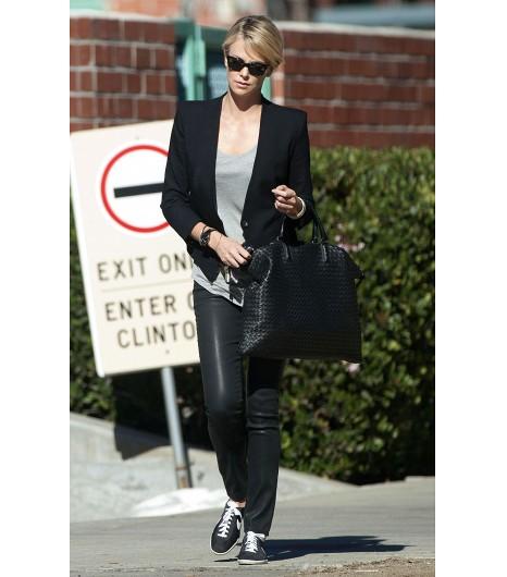 Si Charlize Theron valide la combinaison blazer + sneakers, alors nous aussi !