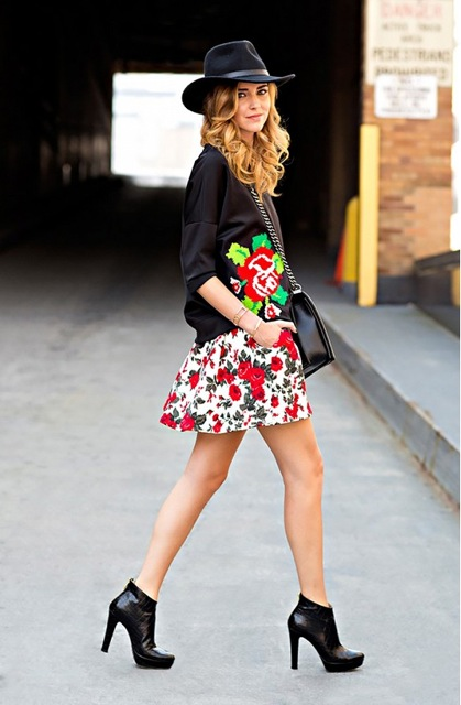 Pour mettre en valeur votre robe fleurie préférée, accompagnez la d\'un chapeau, d\'une paire de boots et d\'un gros sweat douillet. (Sur la photo : Chiara Ferragni)