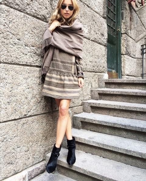 Posez une écharpe oversize sur vos épaules pour transformer votre robe d\'été en un joli vêtement d\'automne.