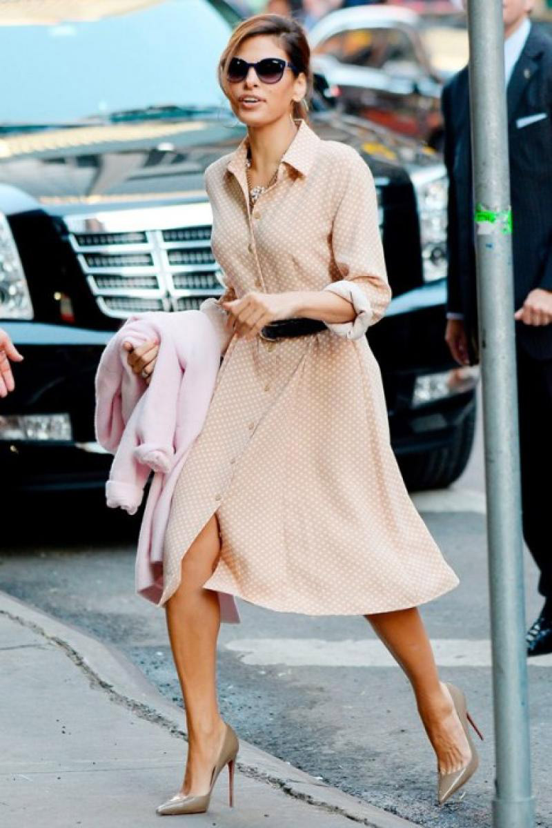 Eva Mendes porte la robe chemise dans sa version classique grâce à la longueur midi.