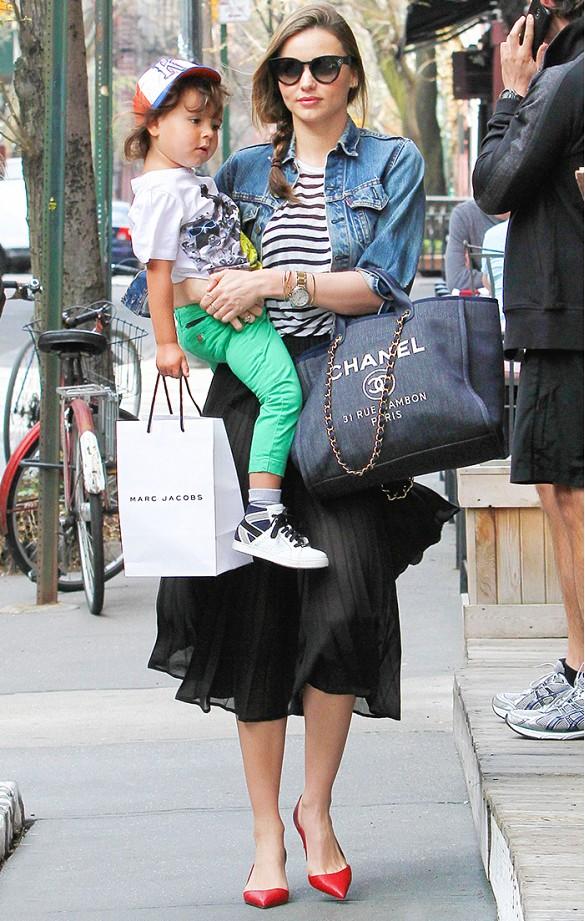 Au lieu de porter un jean, pourquoi ne pas intégrer du denim dans un look avec une veste simple ? Il suffit de l\'accompagner d\'un top rayé, d\'une jupe midi et d\'escarpins lumineux. Imitez le look de Miranda Kerr avec une tresse sur le côté et des lèvres roses. Sur Miranda Kerr : Veste en jean Levi\'s; Sac Chanel; Escarpins Valentino