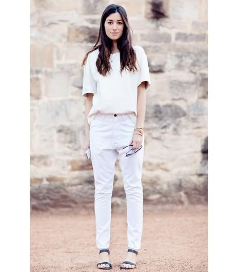 Astuce de style : Donnez du style à un look simple en rentrant seulement l\'avant de votre blouse dans votre jean.