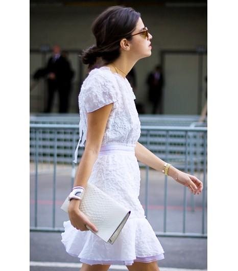 Astuce de style : Accompagnez votre belle robe blanche d\'une pochette blanche très pointue.
